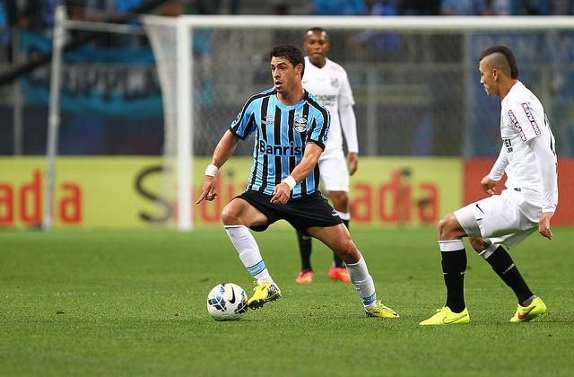 Giuliano, melhor jogador do Grêmio no primeiro tempo. Pé torto.
