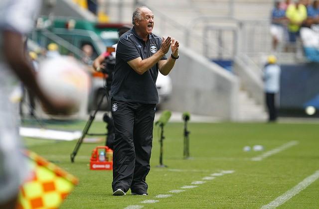 Felipão, o envergonhado, mostrando o tamanho do futebol do Grêmio (Foto Lucas Uebel, Grêmio Oficial - via Flickr)