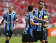 Giuliano e Rhodolfo comemoram em vão. Foto do Lucas Uebel/Grêmio Oficial (via Flickr)
