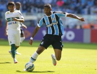Wallace controla a bola. Não deu. Foto do Lucas Uebel/Grêmio Oficial (via Flickr)