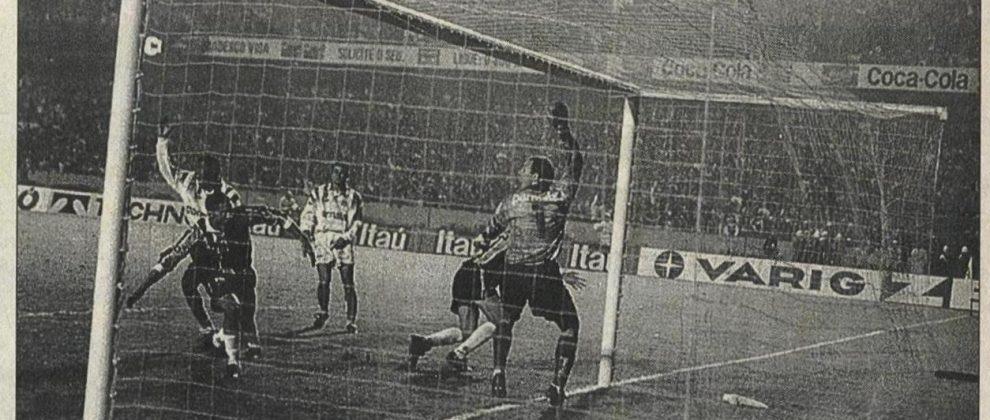 Grêmio x Palmeiras de 1996. Grêmio estava levando para os pênaltis mas teve esse gol legítimo anulado. Foto: Guaracy Andrade, ZH