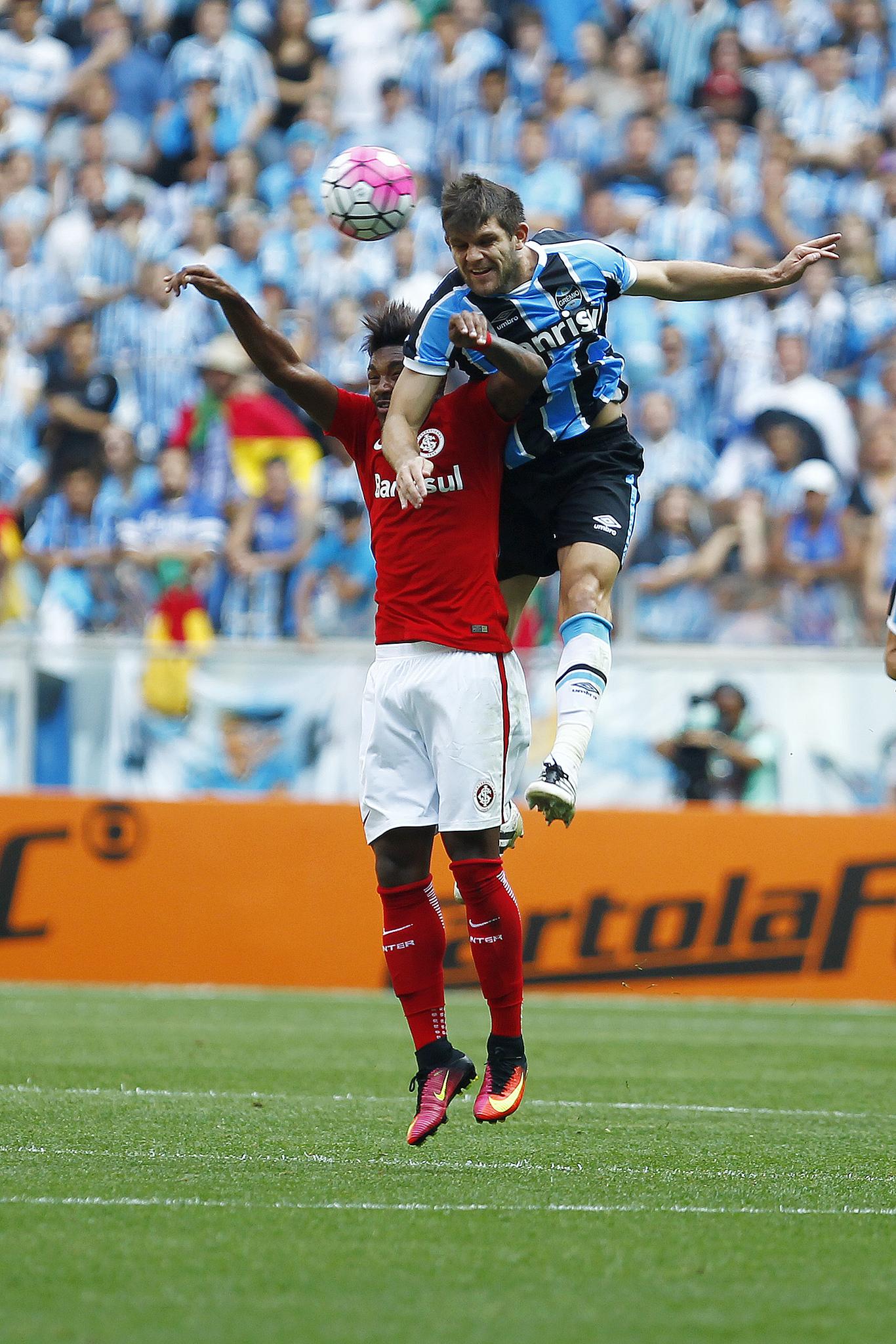 Kannemann ganhando bola pelo alto. Foto: Lucas Uebel / Grêmio FBPA