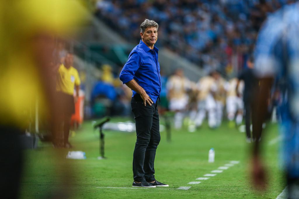 Renato na beira do gramado de cara amarrada!