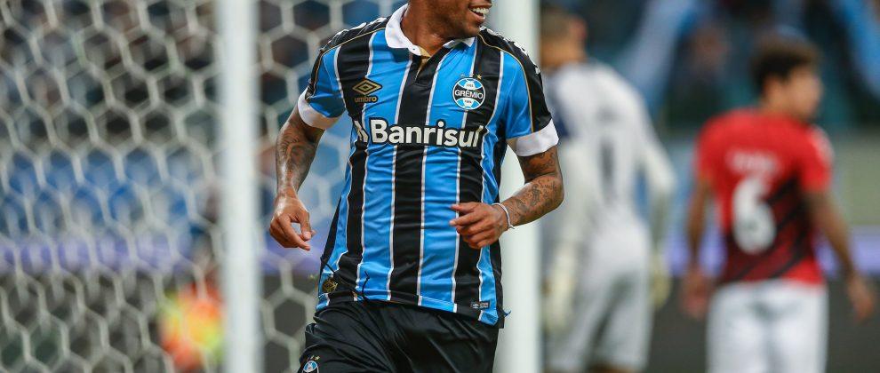 André sorrindo comemorando gol